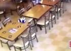闹鬼了?餐厅中无人椅子自己突然动了起来